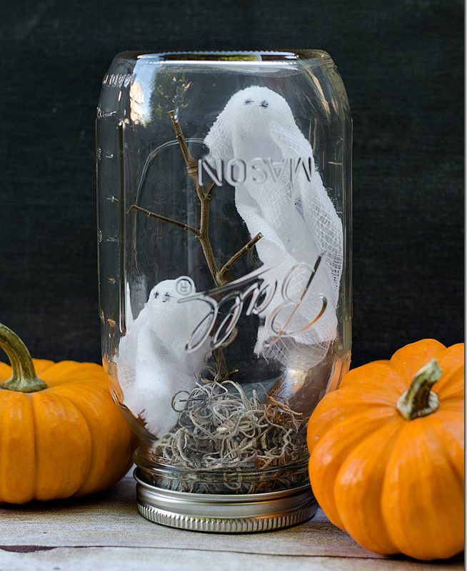 10 Seriously Spooky Mason Jar Crafts for Halloween| Mason Jar, Mason Jar Crafts, Mason Jar Crafts for Fall, Easy Mason Jar Crafts, Mason Jar DIYs, Fall Decor DIYs, Fall Decor, Handmade Fall Decor