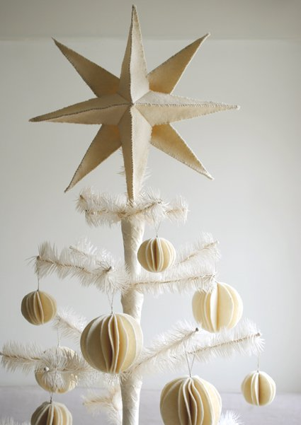 6+ Homemade Holiday Tree Topper Tutorials| Holiday Tree Toppers, Tree Topper, DIY Tree Toppers, DIY Tree Topper, Handmade Tree Toppers, Christmas, Christmas Tree Decor Hacks