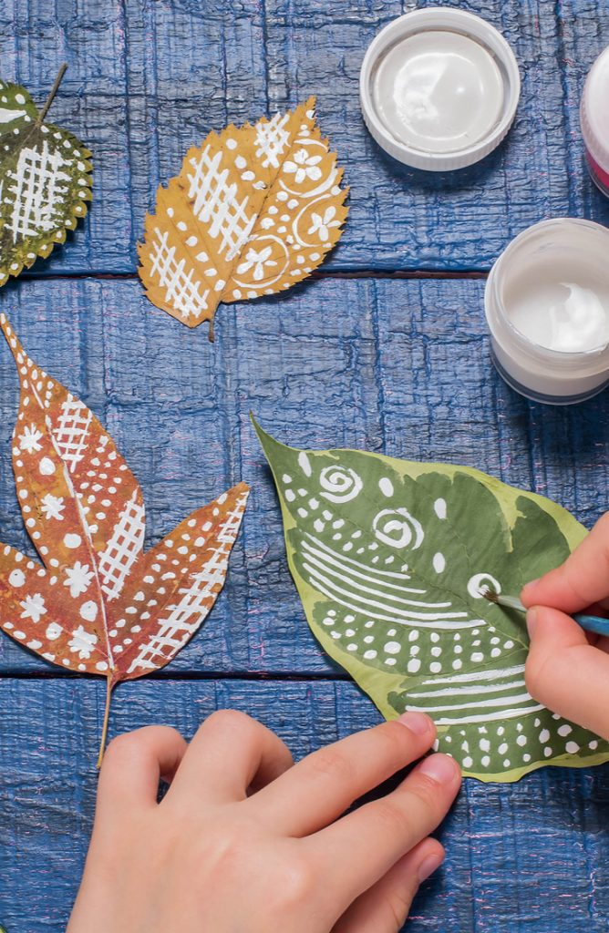 If you're in charge of Friendsgiving and Thanksgiving, it can be a lot. Here are some easy Friendsgiving decor ideas that everyone will love.