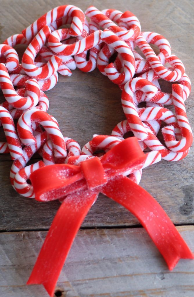 If you're looking for a fun craft project this winter, try some of these candy cane crafts. This little candy cane ornament will look so cute on your tree.