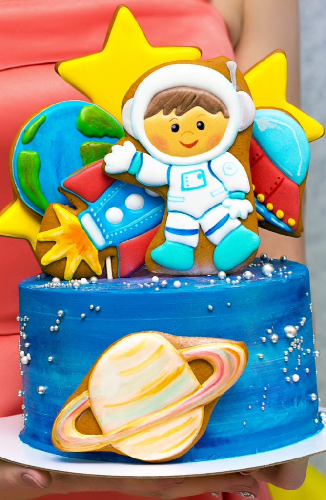 """If you have a kiddo turning two, you need to throw them a """"two"""" the moon birthday party! This """"two"""" the moon cake is the cutest thing ever!"""