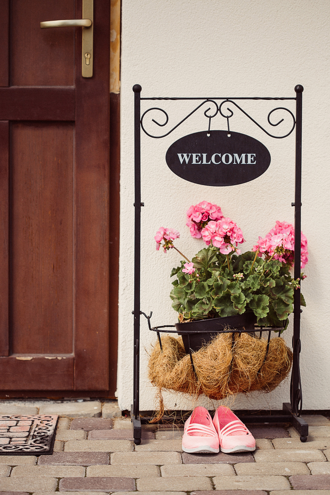 Spring is almost here! In celebration of what's to come, here are some beautiful spring porch decor ideas! This is the perfect time to put out your cute welcome sign and plant some bright flowers with it.