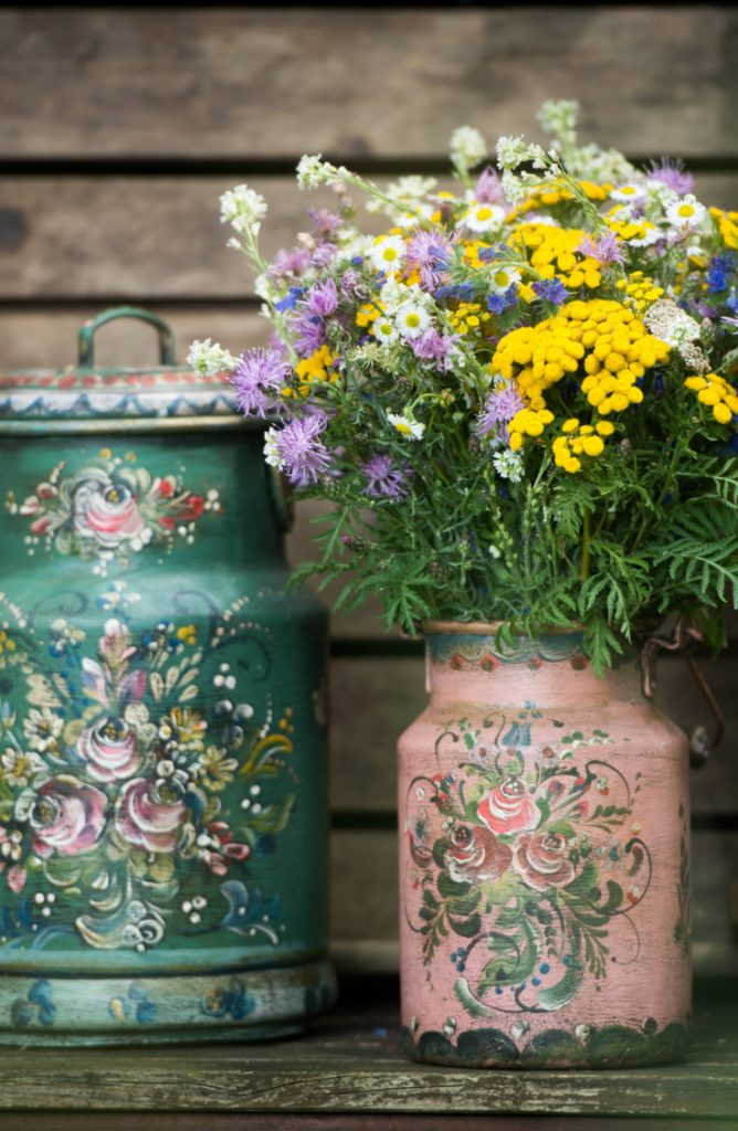 Spring is almost here! In celebration of what's to come, here are some beautiful spring porch decor ideas! you can't go wrong with some cute milk can planters.